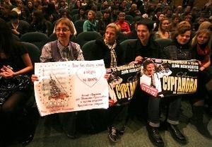 Самые ярые фанатки пришли на концерт с плакатами.