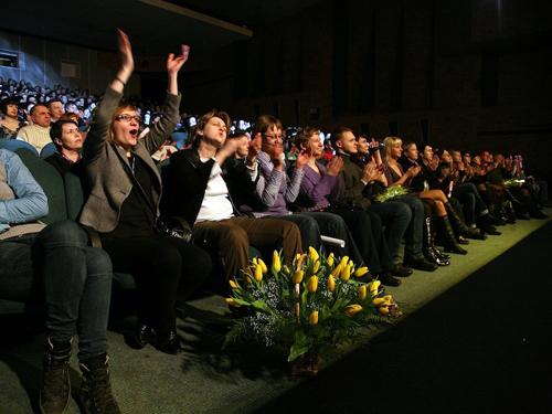 Многие пришли на концерт с цветами.