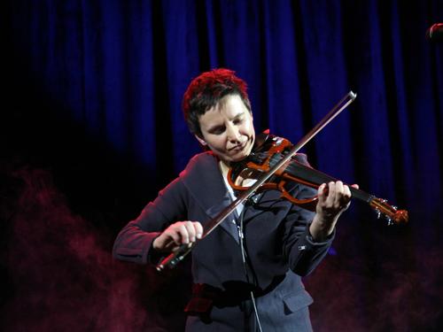 Сурганова традиционно играла и на гитаре, и на скрипке.